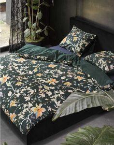 140x200/220 €69,95 200x200/220 €119,95 240x200/220 €139,95   Een feestje in de slaapkamer! Dit dekbedovertrek uit het Heritage-thema Enrich van ESSENZA betovert met dé trendkleur van dit seizoen: donkergroen. Sierlijke klassieke bloemen in zachte tinten als oranje zorgen voor een romantische én chique vibe. De achterzijde van het dekbedovertrek is donkergroen. Het dekbedovertrek is gemaakt van zacht en soepel katoen satijn.