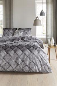 140x200/220 van €49,- voor €39,- 200x200/220 van €89,- voor €69,- 240x200/220 van €99,- voor €79.-  Onder flanel-katoen slaapt u altijd lekker! Deze stof is zacht, warm en soepel. In de winter kunt u wel wat extra warmte gebruiken; flanel is dan een goede keus. Deze stof zorgt snel voor een warm bed en is lekker zacht. De dubbele doorlopende instop-strook maakt dit overtrek ook geschikt voor extra lange dekbedden.